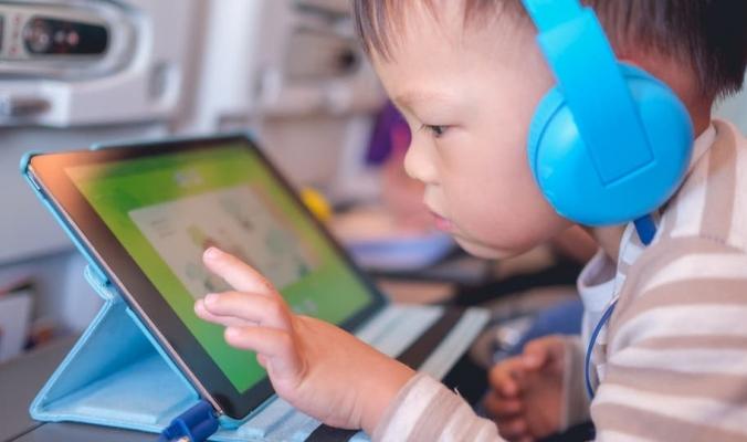 دراسة تؤكد.. الأطفال يمضون وقتاً طويلاً جداً أمام الشاشات