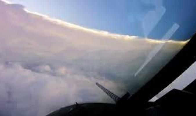 بالفيديو.. طائرة ضخمة تقتحم عين الإعصار إرما.. هذا ما شاهده مطاردو الأعاصير