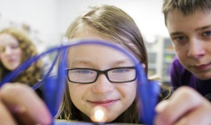 علمياً: الأولاد أفضل في الفيزياء من البنات.. ودخولهم الحمام هو السبب في ذلك