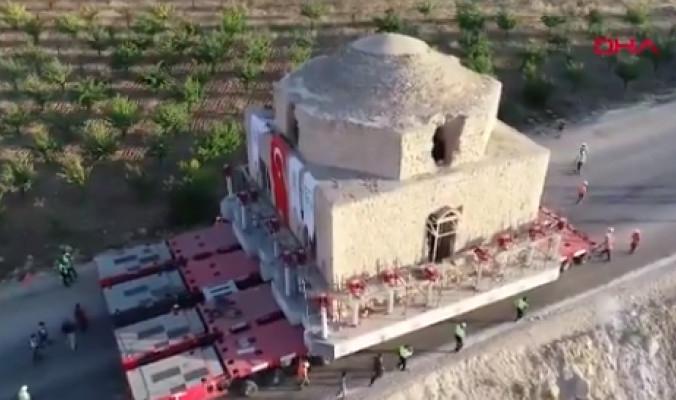 تركيا تبدأ عملية مُعقدة لنقل حمام تاريخي ضخم.. شاهد كيف يتم تحريكه قطعة واحدة رغم وزنه الذي يصل إلى 1500 طن
