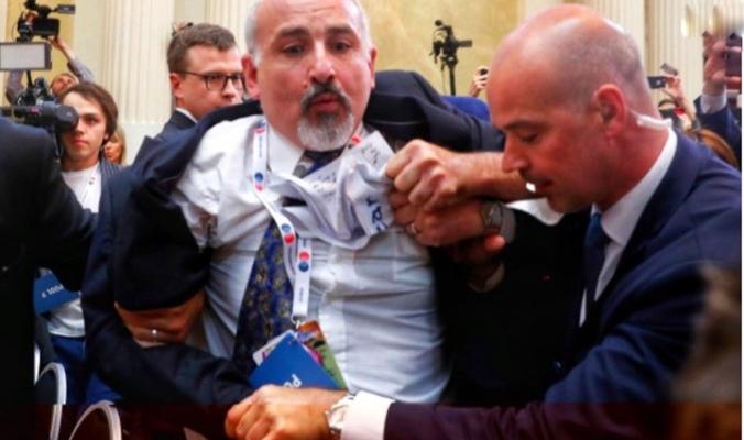 شاهد.. طرد صحفي فلسطيني خلال مؤتمر ترامب وبوتين.. لماذا؟