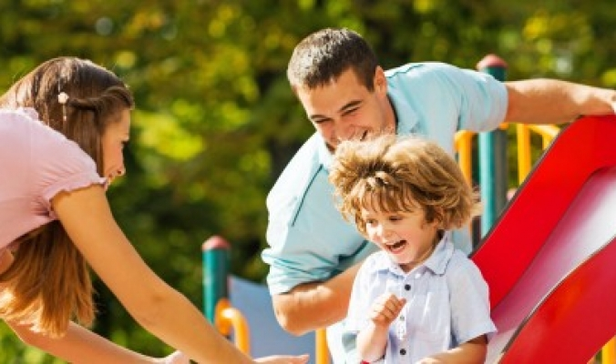 حملك للطفل أثناء ركوب هذه اللعبة قد يعرضه لكسور شديدة