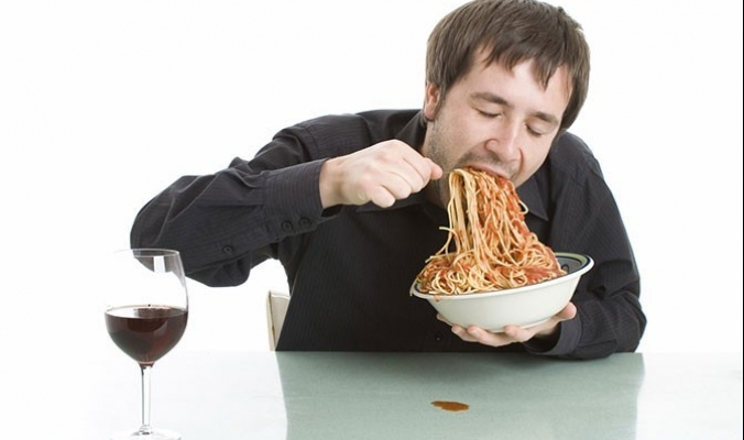 4 أمراض خطيرة قد تصيبك إذا كنت تأكل الطعام بسرعة