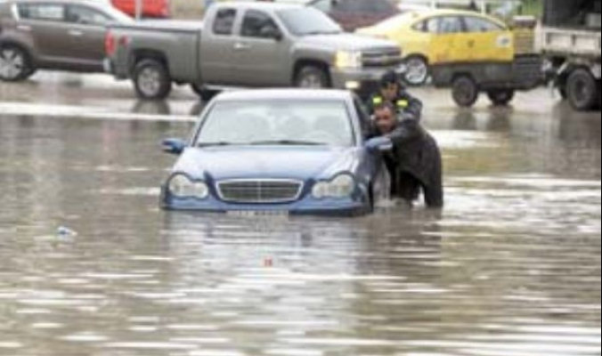 الأخوين إندور وديشوم العاصفين يغرقان 25 منزلا ويهدد مئات أخرى بالقطاع