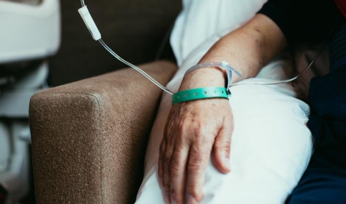 دخلت في غيبوبة عام 1991 عندما كان أطفالها في الرابعة من عمرهم .. منيرة عبد الله تستفيق من حالة سبات إستمر 28 عاماً