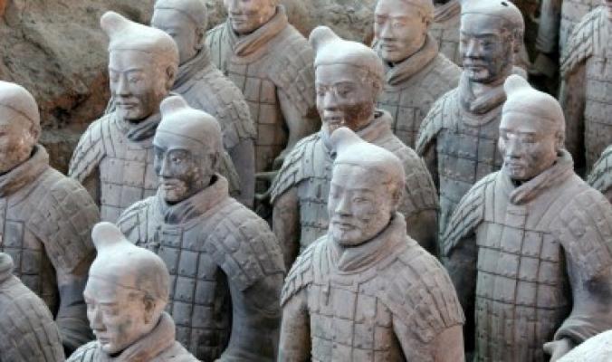 """غرامة بـ4.5 مليون دولار بسبب سيلفي! الصين تطالب بـ""""أقصى عقوبة"""" على شاب أميركي لصورته مع تمثال من جيش """"التيراكوتا"""""""
