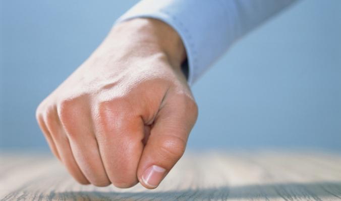 أرواح شريرة تعيش حولنا.. لماذا نطرق الخشب لمنع الحسد؟