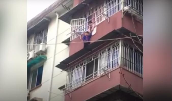 بالفيديو... فتاة تمسك شقيقها المعلق في النافذة 20 دقيقة وتنقذ حياته