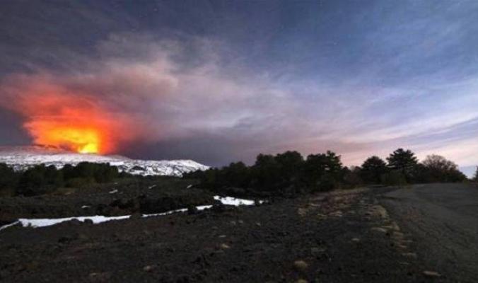 """بالفيديو.. انفجار بركان """"إتنا"""" الإيطالي يخلّف وابلًا من الحمم البركانية"""