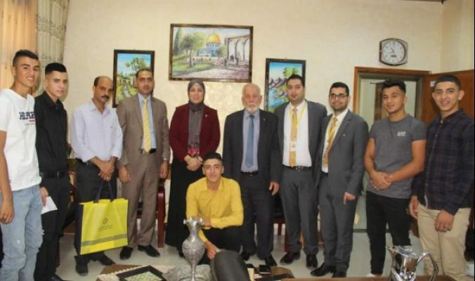 """الإسلامي الفلسطيني"""" يكرم الفائز بجائزة أفضل منتج في الشركة الطلابية"""