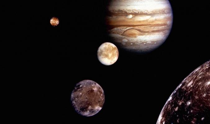 لماذا يمتلك كوكب المشتري 79 قمرًا بينما كوكب الأرض يمتلك قمرًا واحدًا؟