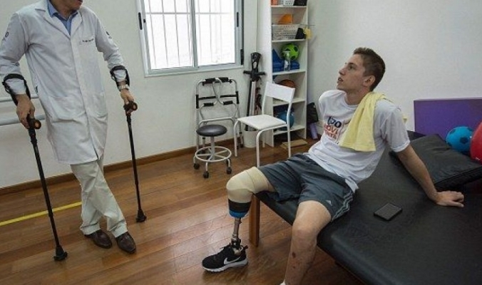 الناجي الأول للفريق البرازيلي المنكوب يعود للمشي