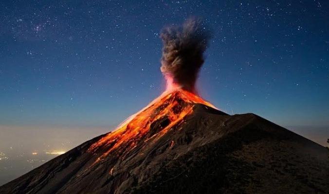 بالفيديو والصور.. خروج جسم غامض من بركان مكسيكي