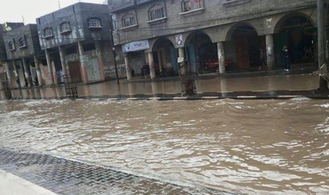 """أمطار منخفض""""رامين"""" تغرق شوارع غزة"""