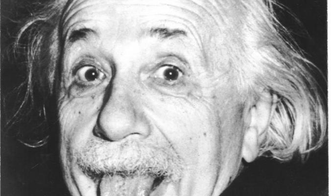 لسان أينشتاين.. قصة الصورة التي تحولت لأفضل صور القرن العشرين