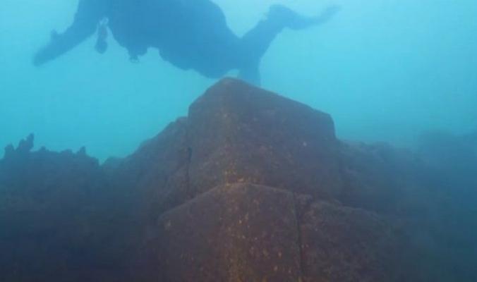 اكتشاف قلعة غامضة عمرها 3000 عام تحت بحيرة في تركيا