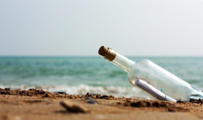صياد أسترالي يعثر على رسالة في زجاجة عمرها 50 عاماً