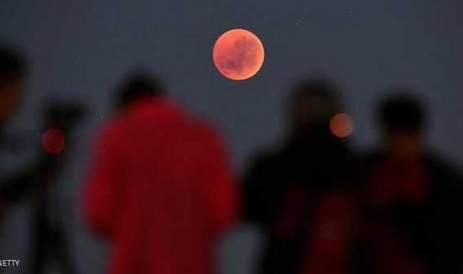 """2.8 مليار شخص بإمكانهم رؤيته.. أين سيظهر """"قمر الذئب الدموي""""؟"""