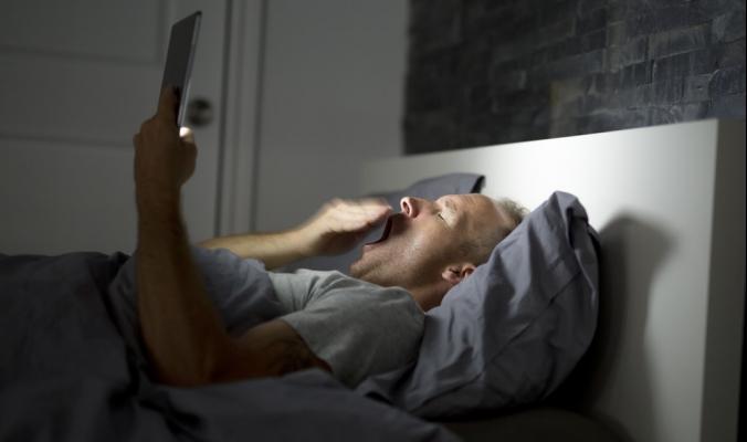 تستيقظ في منتصف الليل ولا تستطيع العودة إلى النوم؟.. 5 نصائح تعيدك فوراً إلى عالم الأحلام