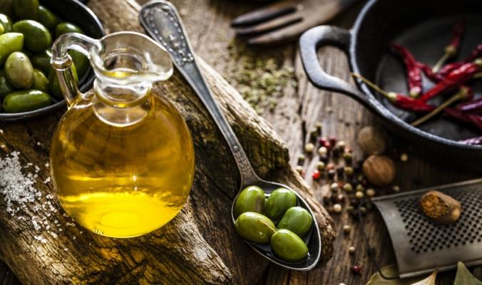 يقلل خطر الإصابة بالسكتات الدماغية والسكري والسرطان.. إليك فوائد تناول زيت الزيتون على الريق