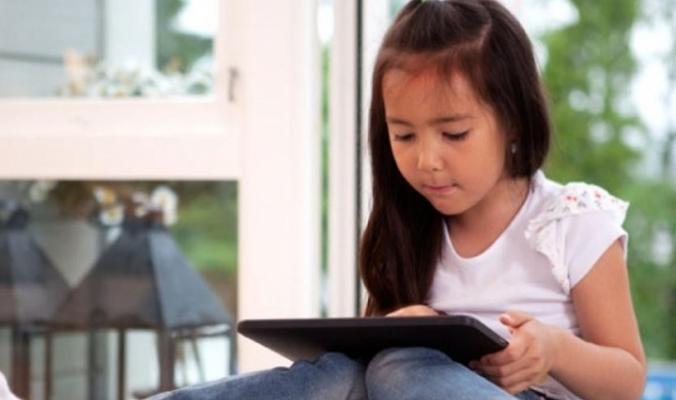 هذا تأثير قضاء الأطفال ساعات طويلة محدقيين في الهواتف الذكية