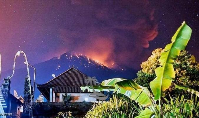 """بركان """"الدقائق الأربع"""" يشل الطيران في بالي"""