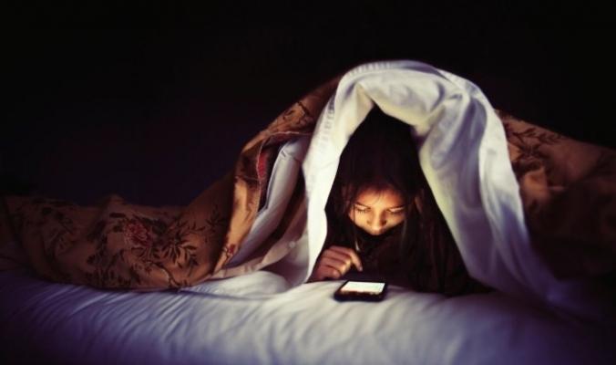 أبعد الهاتف المحمول عن سريرك لهذه الاسباب !