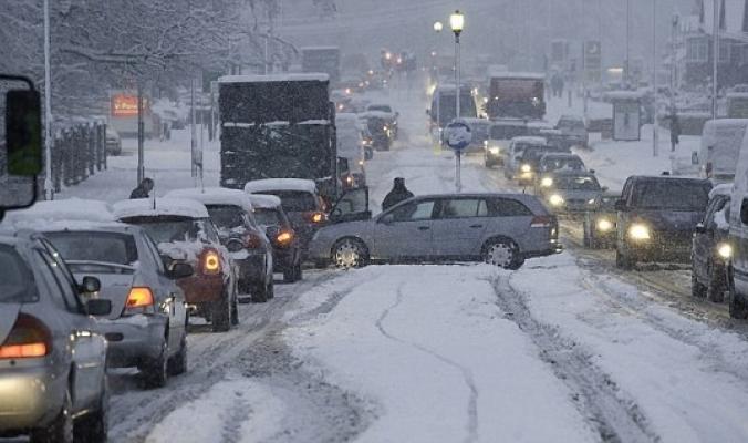 الثلوج تجتاح بريطانيا وتتسبب بشلل واسع النطاق