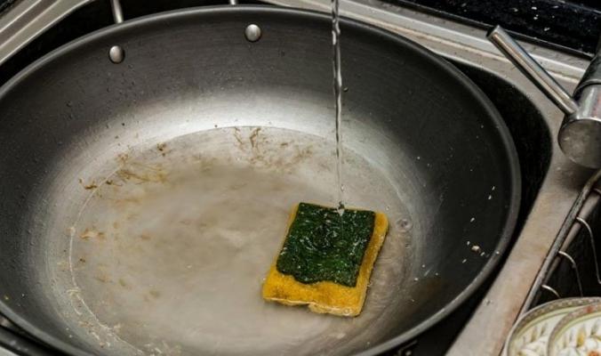 اسفنجة مطبخك مأوىً لتريليونات الجراثيم ومحاولة تنظيفها يزيد الأمر سوءًا