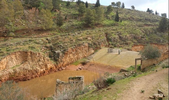 سد وادي الفارعة الذي كلّف ربع مليون دولار يتحول بسبب سوء التخطيط إلى مستنقع للمجاري!