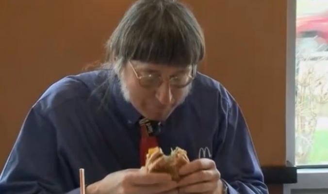 """بالفيديو ...أميركي يسجل رقما قياسيا في أكل """"البرغر"""""""