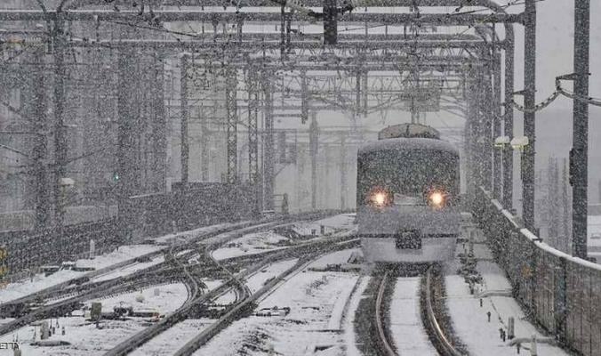 الثلوج الكثيفة تحاصر 430 شخصا داخل قطار باليابان