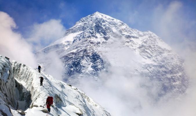 مشاهد تُظهر متسلقين يصعدون جبال الهيمالايا قبل أن يلقوا حتفهم