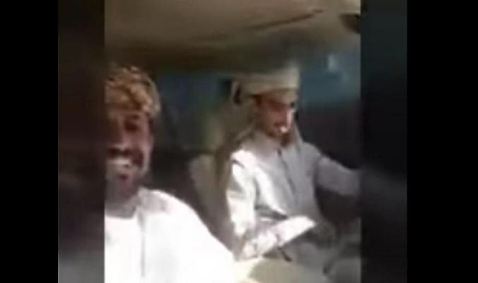 """بالفيديو...شابان سعوديان يوثقان لحظة وفاتهما في """"بث مباشر"""" خلال إنشغالهما بسناب شات"""