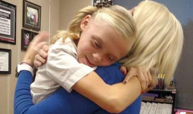 لحظات لا تُحكى لفرحة طفلة وهي تسمع خبر تبني أسرة لها
