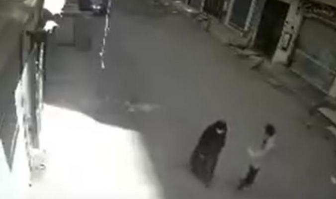 مأساة.. مدمن يقتل أمه بالشارع طعناً في نهار رمضان