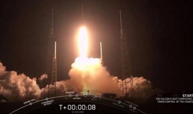 شركة سبيس إكس تطلق 60 قمرا صناعيا لتزويد الأرض بإنترنت فائق السرعة