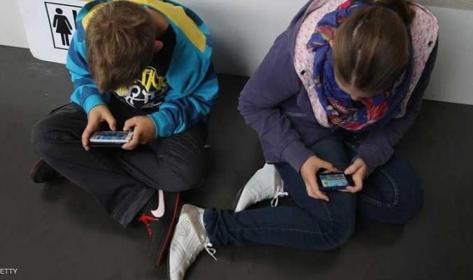 إذا كنت تسمح لطفلك باستخدام الهاتف الذكي.. توقف حالا