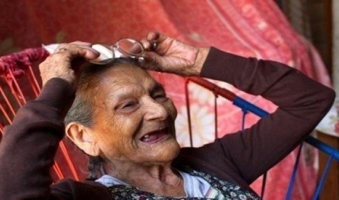 تلتحق بالمدرسة الثانوية بعمر 96 عاماً لتصبح معلمة