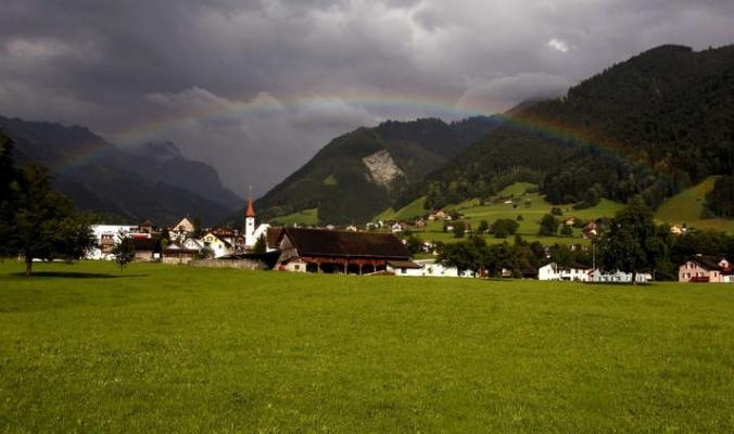 قرية سويسرية تعرض 25 ألف دولار لمن يعيش فيها