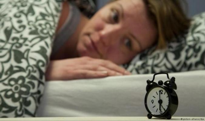 لماذا تنام النساء أسوأ من الرجال؟