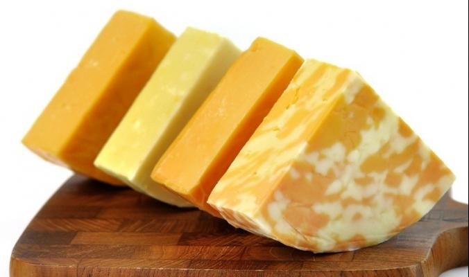 كيف حصلت بعض أنواع الجبن على اللون البرتقالي؟