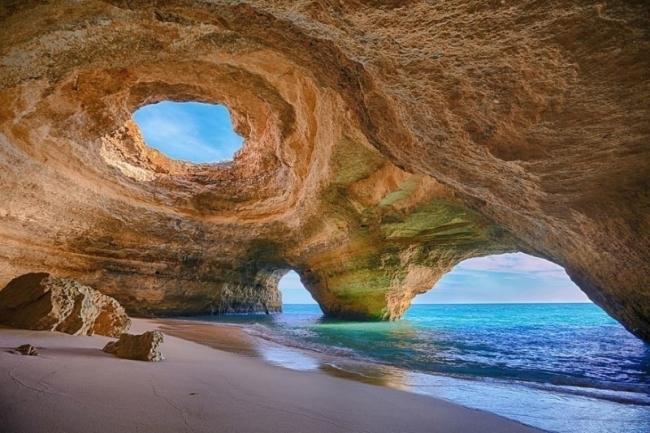 بالصور.. شواطئ غريبة وكأنها من كوكب آخر