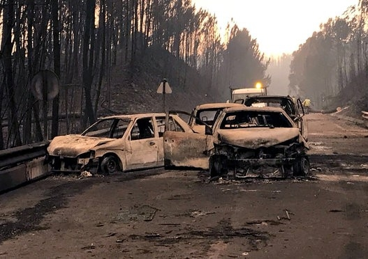 صاعقة رعدية تسببت بمأساة البرتغال..النيران حاصرت السيارات واحترق كل شيء بسرعة