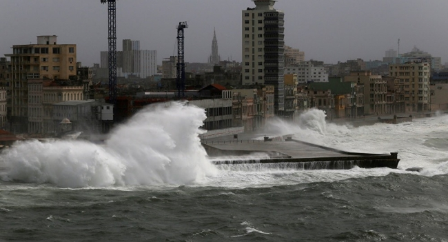 """فلوريدا """"تغرق""""... منسوب المياه يرتفع لـ2.1 متر"""