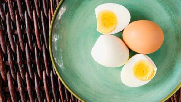 لا تضع البيض المسلوق بالميكروويف أبداً.. وهذا السبب!
