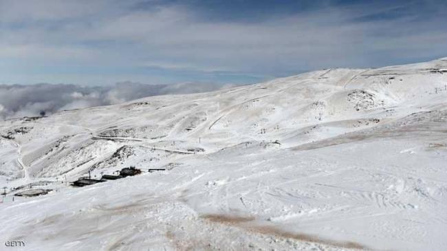 الثلوج تكسو مناطق صحراوية بالجزائر
