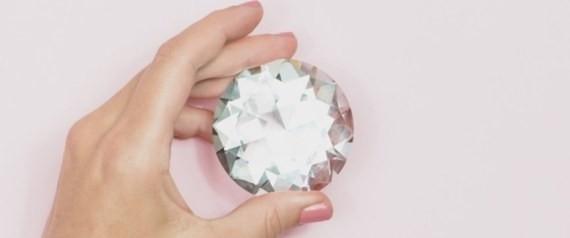 خاتمكِ الألماس عمره مليار عام.. 5 حقائق أساسية عن أغلى مادة عرفها الإنسان