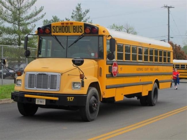سائقة حافلة مدرسية ترتكب حادثين في نفس الوقت بشكل غريب