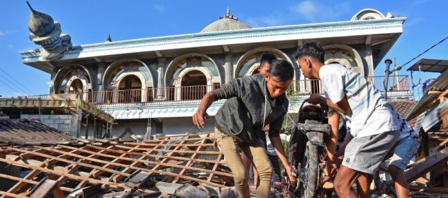 مصلّون هربوا قبل تحوُّل مكانهم لركام، وإمام ظلَّ يصلي رغم اهتزاز الأرض.. شاهد ماذا فعل زلزال إندونيسيا أمس